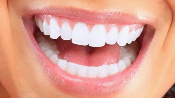 Αμαλία Αγγελή. Η Ελληνίδα επιστήμονας που εφηύρε ουσία που αναπλάθει φυσικά τα δόντια.